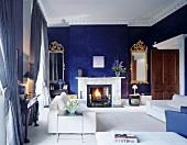 Moderne Wohnraumeinrichtung in klassischem Ambiente mit blau getönten Wänden