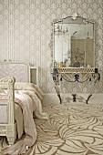 Schlafraum mit heller gemusterter Tapete und Teppichboden mit modernem hellen Muster