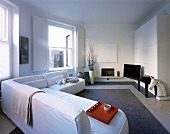 weiße Sofalandschaft im modernen Wohnraum