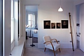 Sessel aus den 50er Jahren vor Ahnengalerie im modernen Raum