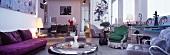 Eklektizistischer Wohnraum - verschiedene Sitzmöbeln im Stilmix