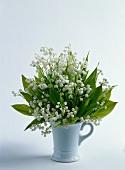 Ein Strauß Maiglöckchen in Vase