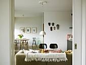 Leichte Retro-Designerstühle im modernen, offenen Wohn/Essraum