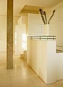 Vorraum mit Natursteinsäule und moderner Theke in hellen Naturfarben