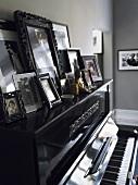 Gerahmte Bilder auf Klavier
