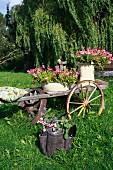 Alter Leiterwagen mit Blumen als Gartendeko