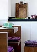 Minimalistischer Küchentisch mit passenden Bänken in moderner Küche