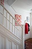 Treppenhaus mit weiss lackiertem Treppengeländer im ländlichen Stil