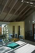 Simple room with Mediterranean feel in open-plan attic