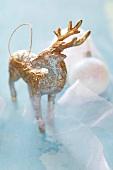 Weihnachtsfigur in Gold und Silber
