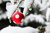 Rot-weiße Weihnachtskugel