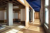 Meditationsräume mit offenen Schiebetüren in japanischen Stil in Industriehalle mit blau getönter Decke