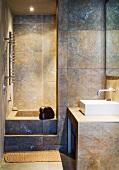 Grossformatige Fliesen in modernem Bad mit eingebauter Badewanne
