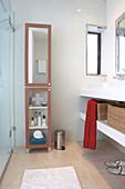 Badezimmer mit Waschtisch & schmalem Badezimmerhochschrank