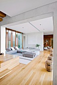 Heller, offener Wohnbereich mit moderner Sofaecke in zeitgenössischem Architektenhaus