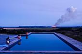 Moderne Dachterrasse mit Pool in Abendstimmung