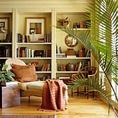Chaiselongue vor eingebautem Regal in traditionellem Wohnraum