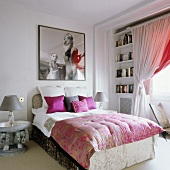 Schlafzimmer im Stilmix mit großem, quadratischem Foto an der Rückwand