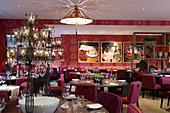 Offizieller Dining room in klassisch modernem Stil mit roten Farbakzenten