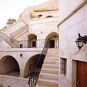 Orientalischer Palast mit Terrasse und Treppenabgang zum Innenhof