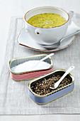 weiße Suppenschale neben selbstgestalteten Salz- und Pfefferdöschen