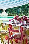 Sommerlich gedeckter Tisch mit Blumendeko