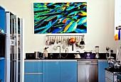 Moderne Küche mit blauen Schrankfronten & Wandbild