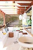 Eckbank und Bartheke auf einer Terrasse mit Sonnenschutz