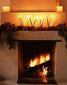 Kaminfeuer & weihnachtliche Deko auf Kaminsims