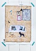 Pinnwand mit Tapeten- und Geschenpapierrest gestalten und mit Zeitungsauschnitten beschmücken