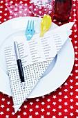 Teller mit Besteck in Bestecktasche aus Rätselheft