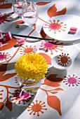 Tischdecke und Geschirr mit Blumen-Aufkleber dekoriert