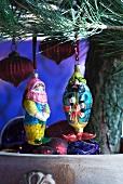 Orientalische Figuren und kleine Lampions als Schmuck am Weihnachtsbaum