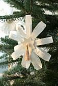 Selbst gebastelter Papierstern als Weihnachtsbaumanhänger