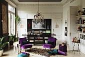 Polsterstühle mit lila Samtbezug auf Zebrafell in einem eleganten Salon mit Stuckleisten