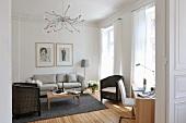 Schlichter, moderner Wohnraum mit rustikalem Flair