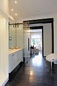 Modernes Badezimmer mit Durchgang zur Wohnküche