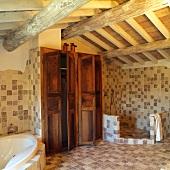 Grosses, mediterranes Badezimmer mit Stauraum in Einbauschränken und offener Dusche unter rustikaler Dachkonstruktion