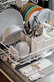 Geschirr und Besteck in Geschirrspülmaschine