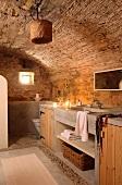 Badzeile mit Unterschrank in rustikalem Badezimmer mit Tonnendecke