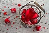 Roter Weihnachtsschmuck im Drahtkorb