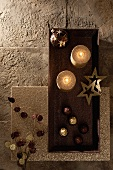 Pralinen, goldene Kerzen und Weihnachtsdeko