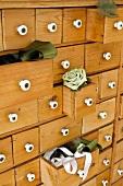 Kommode aus Holz mit teilweise offen stehenden Schubladen
