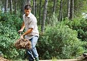 Mann arbeitet im verwilderten Garten