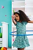 Mädchen spielt mit Hula Hoop Reifen