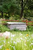 Aufbewahrungskiste am Gartenzaun