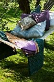 Schattiges Gartenplätzchen mit Hängematte und Kissen