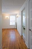 Leergeräumte Wohnung mit abgehängter Decke und Parkettboden
