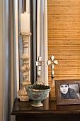 Antiquitäten und gerahmtes Foto auf Wandtisch