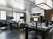 Gedeckter Esstisch unter kubischer Deckenleuchte in offenem Wohnraum in klassisch modernem Stil
